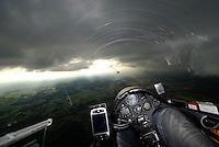 Konvergenz: EUROPA, DEUTSCHLAND, NIESDERSACHSEN, (EUROPE, GERMANY),12.09.2008: Konvergenz, Linie, Luftmasse, Unterschied, Warm, Kalt, Cumulus, aufgereiht, Seewind, Segelflugzeug, fliegen, Segelflug, fliegen,  Cockpit,  Haube, Instrumente, Luftbild, Luftansicht, Ausblick, Aussicht,  Aufwind-Luftbilder, Meteorologie, Wetterkunde, Erscheinung