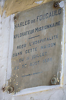 Afrique/Afrique du Nord/Maroc/Fèz/Fèz-el-Jédid: détail de la plaque De Charles de Foucauld sur une maison