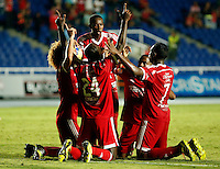 CALI -COLOMBIA-6-OCTUBRE-2014. Oswaldo Blanco del America de Cali celebra su gol con sus companeros contra el Real  Santander durante partido correspondiente a la  fecha 14 del Torneo Postobon jugado en el estadio Pascual Guerrero de la ciudad de  Cali . /    Oswaldo Blanco  of America de Cali celebrates his goal with his teammatess against of Real Santander during match 14th date Torneo  Postobon tournament  played at the Pascual Guerrero stadium in Cali.  Photo: VizzorImage / Juan Carlos Quintero / Stringer