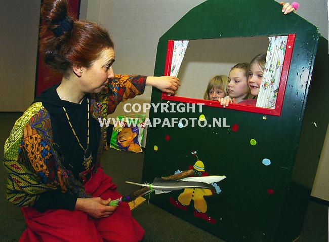 Lunteren , 010400  Foto : Koos Groenewold / APA foto<br />De kinderen konden hun zegje doen in de kast.