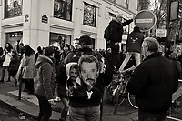 Ambiance pendant les funerailles de JOhnny HALLYDAY<br /> 9/12/2017<br /> Hommage populaire-fans<br /> passage du cerceuil<br /> Paris<br /> ©  STROMME/ DALLE