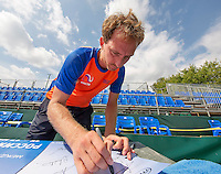Moscow, Russia, 13 th July, 2016, Tennis,  Davis Cup Russia-Netherlands, Training Dutch team, Matwe Middelkoop (NED) signing autographes on posters <br /> Photo: Henk Koster/tennisimages.com