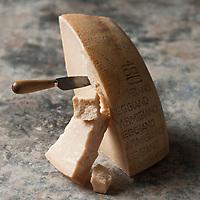 Europe/Italie/Émilie-Romagne/Parme: Le parmigiano reggiano, francisé en parmesan, est un fromage italien traditionnel AOP de lait de vache reggiana, à pâte pressée cuite, produit dans une zone limitée en Émilie-Romagne <br /> Depuis 1996, l'appellation parmigiano reggiano est protégée par le label de qualité européen DOP (Denominazione di Origine Protetta). // Europe, Italy, Parma: Parmigiano reggiano, or Parmesan cheese,
