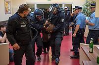 Nach einer Woche Aufenthalt im Haus des Deutschen Gewerkschaftsbunds in Berlin liessen die Verantwortlichen des DGB etwa 25 Fluechtlinge durch die Polizei raeumen. Dabei gab es mehrere Verletzte, zwei davon nach Aussagen von Augenzeugen schwer. Mehrere Fluechtlinge wurden nach der gewaltsamen Raumung ins Krankenhaus gebracht. Mehrere Personen hatten sich zum Teil aneinander gekettet, um so die Raeumung zu verhindern.<br /> Die Fluechtlinge hatten vor einer Woche im DGB-Haus um Unterstuetzung fuer ihr Anliegen nach Asyl und Bleiberecht gesucht. Die Gewerkschaftsverantwortlichen waren jedoch nicht bereit ihnen mehr als ein paar Tage Obdach zu gewaehren und die Politik zu bitten das Problem zu loesen.<br /> Im Bild: Polizei im Gewerkschaftshaus bei der Raeumung. Der festgenommenen Person werden die Augen zugehalten um sie zu desorientieren.<br /> 2.10.2014, Berlin<br /> Copyright: Christian-Ditsch.de<br /> [Inhaltsveraendernde Manipulation des Fotos nur nach ausdruecklicher Genehmigung des Fotografen. Vereinbarungen ueber Abtretung von Persoenlichkeitsrechten/Model Release der abgebildeten Person/Personen liegen nicht vor. NO MODEL RELEASE! Don't publish without copyright Christian-Ditsch.de, Veroeffentlichung nur mit Fotografennennung, sowie gegen Honorar, MwSt. und Beleg. Konto: I N G - D i B a, IBAN DE58500105175400192269, BIC INGDDEFFXXX, Kontakt: post@christian-ditsch.de<br /> Urhebervermerk wird gemaess Paragraph 13 UHG verlangt.]