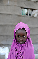 KENIA Fluechtlingslager Kakuma in der Turkana Region , hier werden ca. 80.000 Fluechtlinge vom UNHCR versorgt, Maedchen aus Somalia / KENYA Turkana Region, refugee camp Kakuma, where 80.000 refugees receive shelter and food from UNHCR, girl from Somali