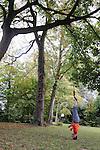 LA 36ème CHAMBRE..Performance choregraphique, duree : 20 minutes..Choregraphe-interprete : Kevin JEAN..Cadre : Plastique Danse Flore..Lieu: Le potager du roi - Grille du Balbi..Ville : Versailles..le 18/09/2011..© Laurent Paillier / photosdedanse.com..All rights reserved