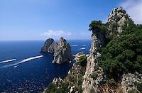 Italien, Capri, Blick vom Pizzolungo-Wanderweg auf Faraglioni-Felsen