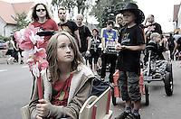 Ein Rund-Um-Sorglos-Paket für die Fans - der Lieferservice der Kids. Foto: Saskia Gaulke