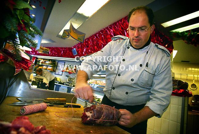 ede,201299  foto:Koos Groenewold (APA)<br />SlagerJohan Buurman maakt een rollade.