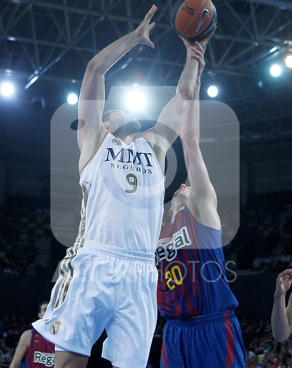 FC Barcelona Regal's Joe Ingles (r) and Real Madrid's Felipe Reyes during Supercopa ACB Semifinal match.September 30,2011. (ALTERPHOTOS/Acero)