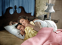 Prod DB © MGM / DR<br /> COMMENT DENICHER UN MARI (THE MATING GAME) de George Marshall 1959 USA<br /> avec Debbie Reynolds et Tony Randall<br /> couple, lit, reveil difficile, femme etouffante, aventure d'une nuit, gueule de bois, surprise<br /> d'apres un roman de H. E Bates