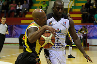 MANIZALES-COLOMBIA-11-03-2013. Cesar Ordoñez del Once Caldas, Bloquea su contendor durante partido de la fecha 11 de la Liga Direct TV de baloncesto Profesional de Colombia 2013./  during the game of the date 11 of Colombian Professional basketball League DirecTV 2013. Photo: VizzorImage/CONT.