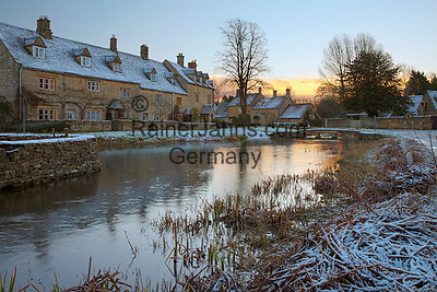 United Kingdom, England, Gloucestershire (Cotswolds), Lower Slaughter: Cotswold cottages on the River Eye in snow | Grossbritannien, England, Gloucestershire (Cotswolds), Lower Slaughter: winterliche Dorfszene mit Cotswold cottages am Fluss Eye