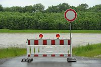 Andauernde Regenfälle haben die Flusspegel in und um Leipzig erheblich steigen lassen - die Stadt Leipzig erläßt Sonderverordnung, die das Betreten der Hochwasserschutzanlagen strengstens untersagt - die Wehre sind ausgelastet und die Überflutungsflächen bereits jetzt randvoll - weitere Niederschläge sind angekündigt, eine Besserung der Lage bislang nicht in Sicht - im Bild: Überfluteter Weg in Knautkleeberg - die überquerung zum Elsterstausee ist gesperrt.  Foto: Norman Rembarz
