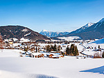 Deutschland, Bayern, Chiemgau, Ruhpolding: Austragungsort fuer den jaehrlichen Biathlon-Weltcup; Winterzauber im Bayerischen Voralpenland, mit Pfarrkirche St. Georg, im Hintergrund die Chiemgauer Alpen mit dem Zwiesel (Mitte) | Germany, Bavaria, Chiemgau, Ruhpolding: venue of the yearly Biathlon World Cup, winter scenery at Bavarian Alpine Upland with parish church St George and Chiemgau Alps with summit Zwiesel (middle) at background