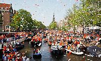 Nederland - Amsterdam - 2011.   Koningsdag op de grachten in Amsterdam.
