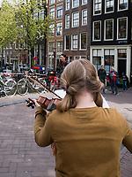 Mädchen mit Geige, Königstag am Oudezijdrs Vorburgwal, Amsterdam, Provinz Nordholland, Niederlande<br /> Girl with violin  Kings day at Gracht Oudezijdrs Vorburgwal , Amsterdam, Province North Holland, Netherlands