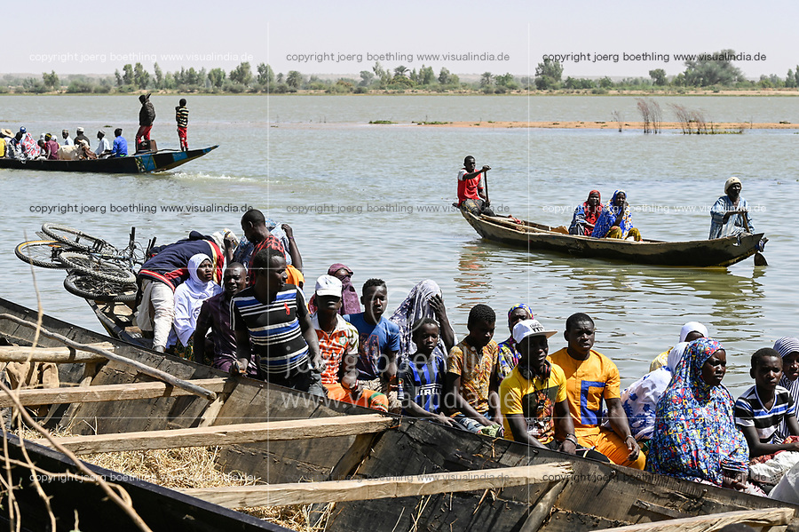 NIGER, village Namaro, river Niger, people come by boat for the market / Dorf Namaro, Boote auf dem Niger Fluß, Menschen kommen zum Markttag