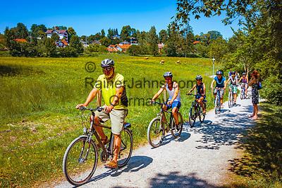 Deutschland, Bayern, Oberbayern, Tegernseer Tal, bei Gmund am Tegernsee: Familie auf Radtour rund um den Tegernsee | Germany, Upper Bavaria, Tegernsee Valley, Gmund: family enjoying a biking tour round lake Tegernsee