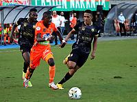 ENVIGADO - COLOMBIA, 18–10-2021: Yaser Asprilla de Envigado F. C. y Alvaro Angulo, Jhon Miranda de Aguilas Doradas Rionegro disputan el balon durante partido entre Envigado F. C. y Aguilas Doradas Rionegro de la fecha 14 por la Liga BetPlay DIMAYOR II 2021 en el estadio Polideportivo Sur de la ciudad de Envigado. / Yaser Asprilla of Envigado F. C. and Alvaro Angulo, Jhon Miranda of Aguila Doradas Rionegro during a match between Envigado F. C. and Aguilas Doradas Rionegro of the 14th date for the BetPlay DIMAYOR II League 2021 at the Polideportivo Sur stadium in Envigado city. / Photo: VizzorImage / Andres Alvarez / Cont.
