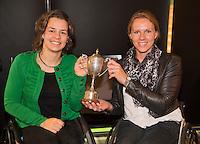 14-12-12, Rotterdam, Tennis, Masters, Prijsuitreiking Rolstoel Paralympiers, Marjolein Buis (L) en Esther Vergeer ontvangen de Henk Timmer beker