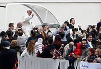 Papa Francesco saluta i fedeli al suo arrivo all'udienza generale del mercoledì in Piazza San Pietro, Citta' del Vaticano, 15 novembre, 2017.<br /> Pope Francis waves to faithful as he arrives for his weekly general audience in St. Peter's Square at the Vatican, on November 15, 2017.<br /> UPDATE IMAGES PRESS/Isabella Bonotto<br /> <br /> STRICTLY ONLY FOR EDITORIAL USE