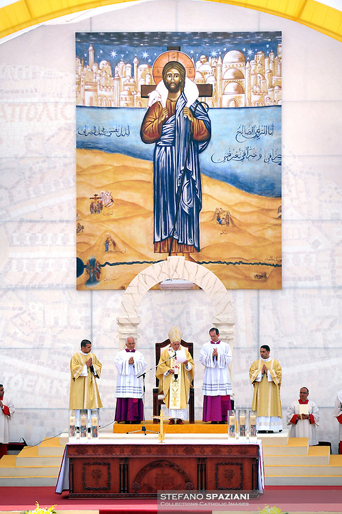 Pope Benedict XVI celebrates Sunday Mass at a stadium in Amman May 10, 2009