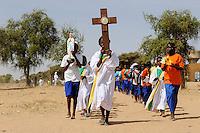 BURKINA FASO Dori, catholic school, children march with the cross / BURKINA FASO Dori, katholische Schule, Kreuzweg