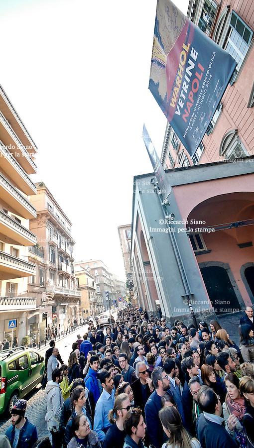 - NAPOLI 18 APR - Lunga fila al  Pan per assistere all'inaugurazione della mostra dedicata a Andy Warhol (gratuita per i primi tre giorni).