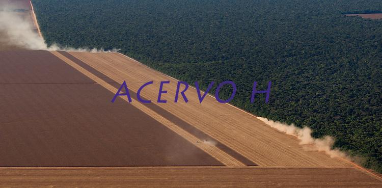 As últimas colheitas de milho e algodão são feitas em plena seca.<br /> <br /> Grandes plantações de soja, milho e algodão cercam o Parque Indígena do Xingu  (PIX) .<br /> Habitados pelas etnias Aweti, Ikpeng, Kaiabi, Kalapalo, Kamaiurá, Kĩsêdjê, Kuikuro, Matipu, Mehinako, Nahukuá, Naruvotu, Wauja, Tapayuna, Trumai, Yudja, Yawalapiti, o parque ocupa área de 2.642.003 hectares na região nordeste do Estado do Mato Grosso, <br /> <br /> De acordo com o IMEA - Instituto Mato-Grossense de Economia Agropecuária declarou último dia 7 de agosto de 2015 no informativo 365 divulgou dados novos das safras de soja em MT com a safra 14/15<br /> consolidando-se com mais um ano de área e produção recordes. Por meio do método de Sensoriamento Remoto<br /> a nova área de 9,01 milhões de hectares apresenta-se 6,8% acima da área da safra 13/14. A produtividade já<br /> consolidada de 51,9 sc/ha elevou a produção para 28,08 milhões de toneladas. Os novos dados da safra 15/16<br /> aumentaram ainda mais a expectativa de safra recorde já esperada no último relatório. A nova área de 9,2 milhões<br /> de hectares baseia-se na conversão de área de pastagem em agricultura observada há algumas safras. A<br /> continuidade de investimento em tecnologia da nova safra eleva a projeção de produtividade para 52,6 sc/ha,<br /> refletindo sobre a produção que deve bater um novo recorde em 2016, de 29 milhões de toneladas. Apesar do<br /> crescimento contínuo, a nova temporada deve atingir o menor avanço da produção desde a safra 10/11. <br /> Querência, Mato Grosso, Brasil.<br /> Foto Paulo Santos<br /> 24/07/2015