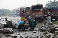 INDIA state Jharkhand Jharia Dhanbad, people collect illegally coal from BCCL coalfield / INDIEN Jharkhand Jharia Dhanbad, Menschen sammeln illegal Kohle am Rande eines BCCL Kohletagebaus zum Verkauf auf dem Markt - MORE PICTURES ON THIS SUBJECT AVAILABLE!!