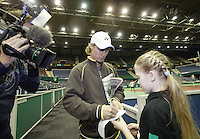18-2-07,Netherlands, Roterdam, Tennis, ABNAMROWTT, Lleyton Hewitt signing an autograph