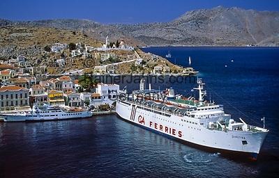Griechenland, Dodekanes, Insel Symi, Chorio: Faehrschiff im Hafen Gialós   Greece, Symi Island, Chorio: ferry at harbour Gialós