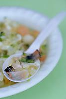 """Iles Bahamas / New Providence et Paradise Island / Nassau: salade de conque """"Conch Salad"""" spécialité emblématique de la cuisine bahamienne dans un petit restaurant de rue du Marché de Potter's Cay sous le pont de Paradise Island - salade aromatisée d'oignon, cèleri, coriandre, marinés dans le citron vert"""