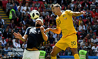 KAZAN - RUSIA, 16-06-2018: Olivier Giroud jugador de Francia disputa el balón con Trent Sainsbury  jugador de Australia durante partido de la ronda de grupos de la Copa Mundo FIFA 2018 Rusia. / Olivier Giroud player of France vies for the ball with Trent Sainsbury  player of Australia during match of the groups phase as part of the 2018 FIFA World Cup Russia. Photo: VizzorImage / Julian Medina / Cont