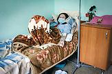 Mariana, 32 Jahre. Lebte mit ihrer Familie seit 2000<br />überwiegend in Moskau, wo ihr Mann auf einer Baustelle arbeitete.<br />Bei einem Besuch in der Heimat wurde 2011 bei einer<br />Routineuntersuchung die TB-Infektion entdeckt, die bereits weit<br />fortgeschritten war. Ihre Familie ist immer noch in Russland, die<br />Trennung schmerzt sehr. Ihre Überlebenschancen sind sehr<br />gering, eine Lungenhälfte ist bereits kollabiert. Hier handelt es sich<br />um eine besonders destruktive Form der TB, das Lungengewebe<br />ist zerstört, in diesem Fall irreversibel. // Moldova is still the poorest country of Europe. Hopes to join the European Union are high. After progress in the past years tuberculosis is on the rise again. The number of new patients raise since 2010 and is on a level that has not been reached since the late 90s.