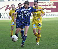 Waasland Beveren Sinaai Girls - Famkes Merkem : .Kwartfinale beker van België 2011-2012 : Sarah Verschaeve aan de bal voor Meagan McLoughlin..foto DAVID CATRY / JOKE VUYLSTEKE / Vrouwenteam.be