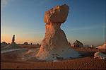 Egypte. Désert libyque. Désert Blanc (Sahra al-Beida) entre l'oasis de Bahariyya et l'oasis de Farafra. massifs de craie émergeant du sable..Egypt. Lybic desert. White Desert (Sahra al-Beida) between  Bahariyya oasis and Farafra oasis. Chalk sculptures emerging from the sand.