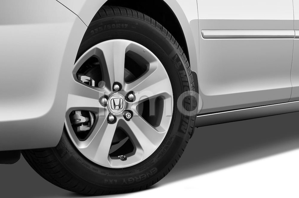 Tire and wheel close up detail view of a 2009 Honda Odyssey Touring