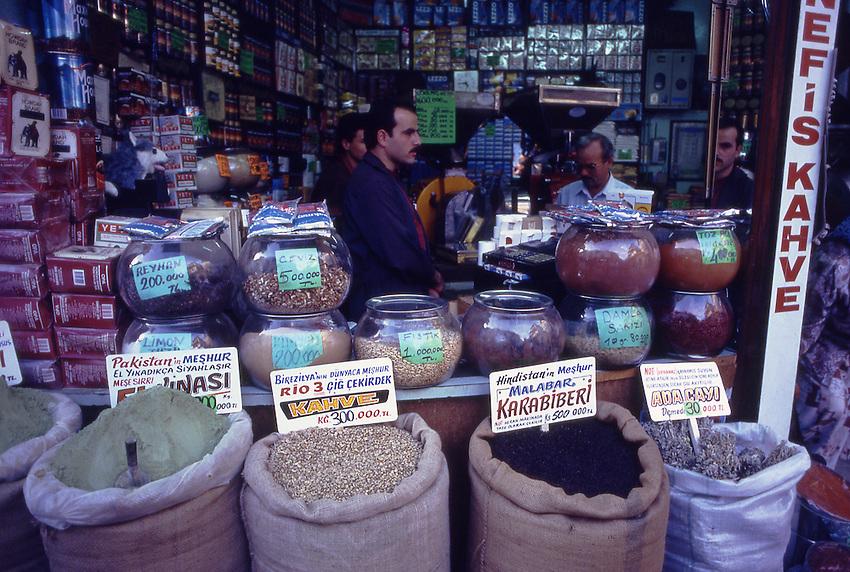 TUR, Tuerkei, Tuerkische Aegaeis, Aegaeis, Izmir, Altstadt, Bazar, Izmir, das antike Smyrna, ist die drittgroeßte Stadt der Tuerkei und bietet ein reizvolles Zusammenspiel moderner Architektur und tuerkischer Lebensart. Viele Voelker hinterließen auf ihren Handelsfahrten hier ihre Spuren. Besondere Akzente setzt der große Bazar am Konak-Platz mit den fliegenden Haendlern, den farbenpraechtigen Obst- und Gemuesestaenden und den preiswerten Restaurants.<br /> [Fuer die Nutzung gelten die jeweils gueltigen Allgemeinen Liefer-und Geschaeftsbedingungen. Nutzung nur gegen Verwendungsmeldung und Nachweis. Download der AGB unter http://www.image-box.com oder werden auf Anfrage zugesendet. Freigabe ist vorher erforderlich. Jede Nutzung des Fotos ist honorarpflichtig gemaess derzeit gueltiger MFM Liste - Kontakt, Uwe Schmid-Fotografie, Duisburg, Tel. (+49).2065.677997, fotofinder@image-box.com, www.image-box.com]