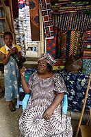 """TOGO, Lome, Grande Marche, Grosser Markt, Marktfrauen verkaufen bedruckte Stoffe, made in china, """"MAMA BENZ"""" (oder eher """"Mama Hyundai"""") Frau Adjoa Rita Sikavi"""
