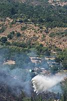 Waldbrand nahe der Sizilianischen Kleinstadt Petralia Sottana in der Provinz Palermo am Freitag den 31. Juli 2020. Der Brand dauerte vom Morgen bis in die Abendstunden. Anwohner nannten als Grund fuer den Brand Zigaretten, welche moeglicher Weise gezielt aus dem Auto geworfen wurden, da es neben der Strasse an mehreren Stellen fast zeitgleich anfing zu brennen.<br /> Im Bild: Ein Loeschhubschrauber der Sizilianischen Forstbehoerde (Corpo Forestale) beim Loescheinsatz.<br /> 31.7.2020, Petralia Sottana<br /> Copyright: Christian-Ditsch.de<br /> NUR FUER REDAKTIONELLE ZWECKE! Werbung nur auf Anfrage beim Fotografen. [Inhaltsveraendernde Manipulation des Fotos nur nach ausdruecklicher Genehmigung des Fotografen. Vereinbarungen ueber Abtretung von Persoenlichkeitsrechten/Model Release der abgebildeten Person/Personen liegen nicht vor. NO MODEL RELEASE! Don't publish without copyright Christian-Ditsch.de, Veroeffentlichung nur mit Fotografennennung, sowie gegen Honorar, MwSt. und Beleg. Konto: I N G - D i B a, IBAN DE58500105175400192269, BIC INGDDEFFXXX, Kontakt: post@christian-ditsch.de<br /> Bei der Bearbeitung der Dateiinformationen darf die Urheberkennzeichnung in den EXIF- und  IPTC-Daten nicht entfernt werden, diese sind in digitalen Medien nach §95c UrhG rechtlich geschuetzt. Der Urhebervermerk wird gemaess §13 UrhG verlangt.]