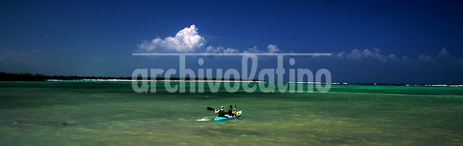 A couple is seen kayaking near the coast of Tulum, Mexico on June 15, 2006. .Born in Argentina, photographer Ivan Pisarenko in 2005  decided to ride his motorcycle across the American continent. While traveling Ivan is gathering an exceptional photographic document on the more diverse corners of the region. Archivolatino will publish several stories by this talented young photographer..Closer look at  Ivan's page www.americaendosruedas.com...