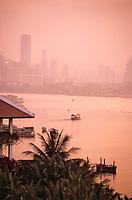 "Thaîlande/Bangkok: Aube sur le chao Phraya depuis l'Hôtel ""Marriott"""