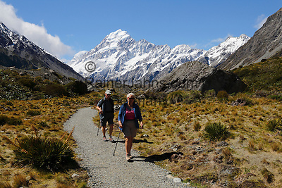 New Zealand, South Island, Canterbury region, Mount Cook National Park: Walkers on Hooker Valley Trail with Mount Cook | Neuseeland, Suedinsel, Region Canterbury, Mount Cook National Park: Wanderer auf dem Hooker Valley Trail und Mount Cook im Hintergrund