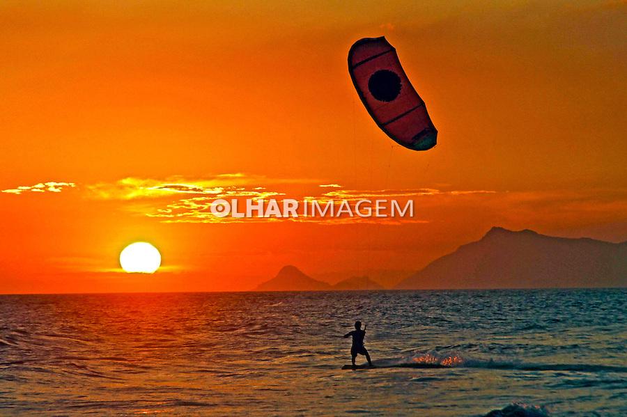 Praticantes de kite surf na praia da Barra da Tijuca. Rio de Janeiro. 2011. Foto de Alexandro Auler.