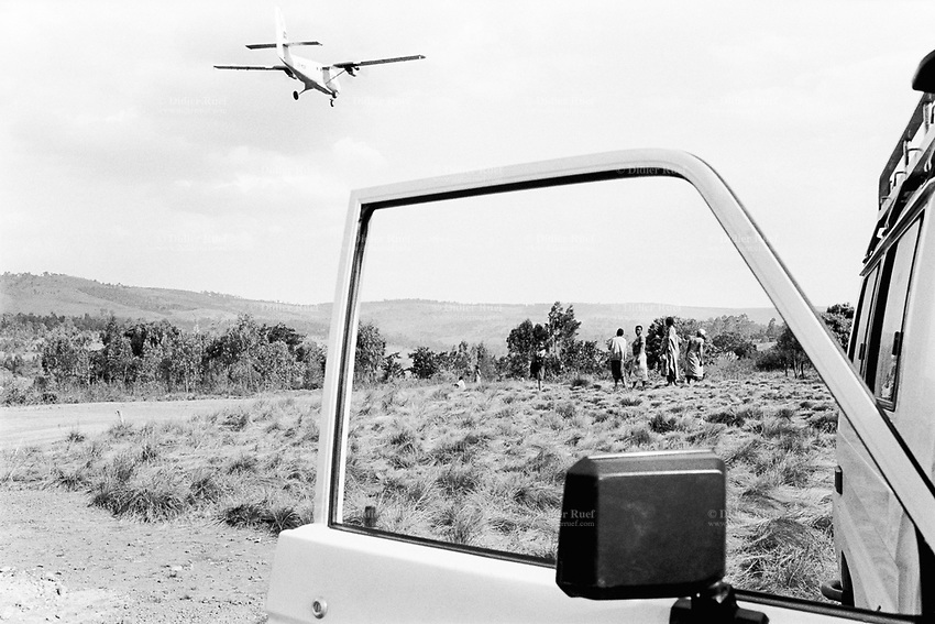 Burundi. Karuzi Province. Karuzi airfield. The non-governmental organization (NGO) Médecins Sans Frontières (MSF) landcruiser waits for the take off of the WFP (World Food Programm) plane. WFP is part of the UNO (United Nations Organisation). © 2000 Didier Ruef
