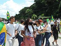 Recife (PE), 21/03/2021 - Pessoal ligadas a igrejas evangelicas e apoiadores do presidente Jair Bolsonaro (sem partido) realizaram um protesto em frente ao Comando Militar do Nordeste na BR232 em Recife neste domingo (21). O ato é em apoio ao governo federal.