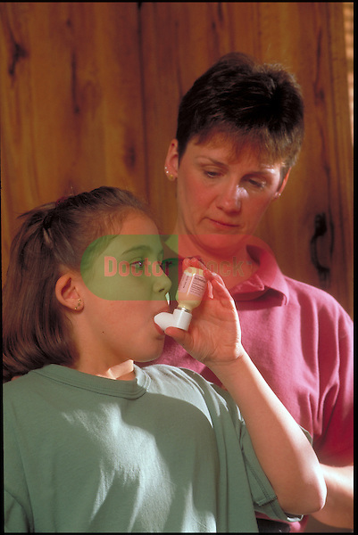 mother teaches daughter to use inhaler