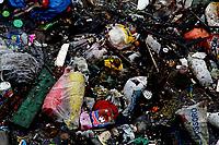 Manaus AM- 26 04 2012 - Detalhe de igarapé polído no bairro da Raiz, onde mora uma população de 20 mil pesoas em a´reas atingidas pela cheia. . (Foto Alberto Cesar Araujo)